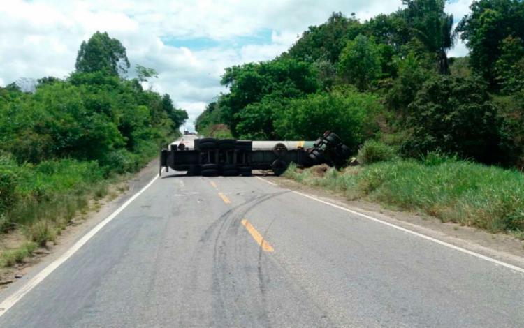 Caminhão bloqueou o km 755, que fica entre os municípios de Itabela e Itamaraju - Foto: PRF | Divulgação