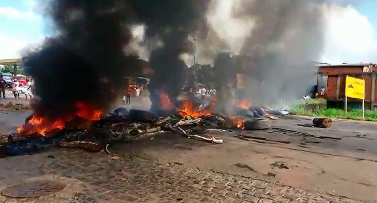 Manifestantes bloquearam a pista com ônibus e colocaram fogo em pneus - Foto: Jackson Cristiano | Ubaitaba Urgente