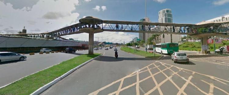 Trecho da passarela que liga o shopping à rodoviária será removido - Foto: Reprodução   Google Maps