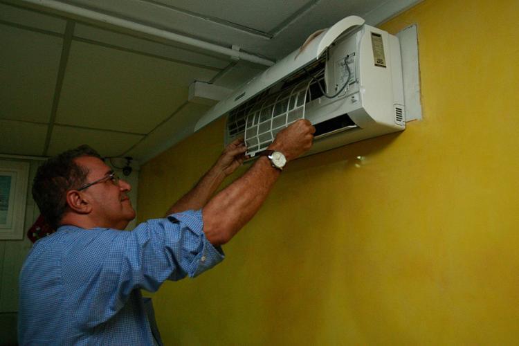 Edson Souza, da Centraltec, mostra como limpar o equipamento - Foto: Alessandra Lori l Ag. A TARDE