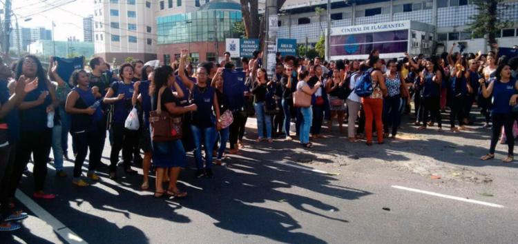 Manifestação ocorre na manhã desta sexta, 24; eles protestam por conta da falta de salário - Foto: Alessandra Lori | Ag. A TARDE