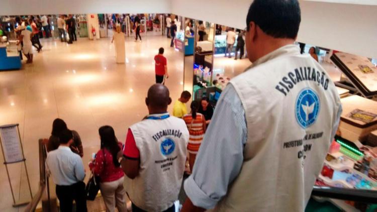 Agentes da Codecon fiscalizam estabelecimentos comerciais em shopping de Salvador - Foto: Alessandra Lori | Ag. TARDE