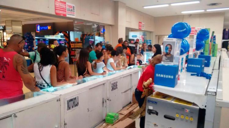 Clientes aproveitam descontos em lojas de eletro-eletrônicos e celulares - Foto: Alessandra Lori   Ag. A TARDE
