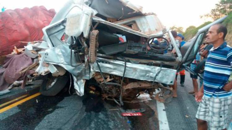 Um dos veículos ficou completamente destruído - Foto: Reprodução   Site Conquista News
