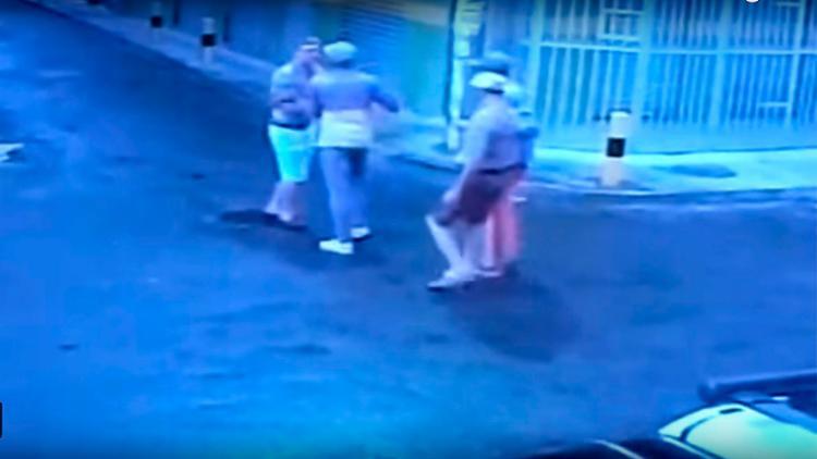 Vítima saía de casa na companhia do irmão quando os dois foram abordados por assaltantes - Foto: Reprodução | YouTube