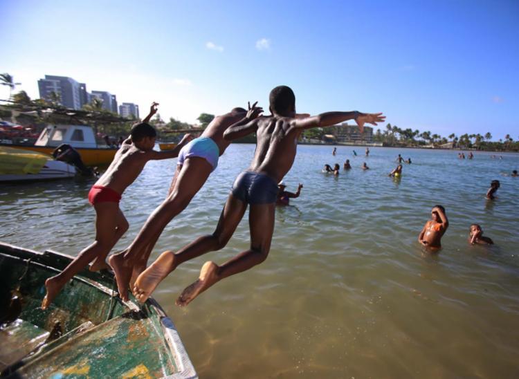 Crianças e adultos tomam banho na foz, em Buraquinho - Foto: Joá Souza | Ag. A TARDE