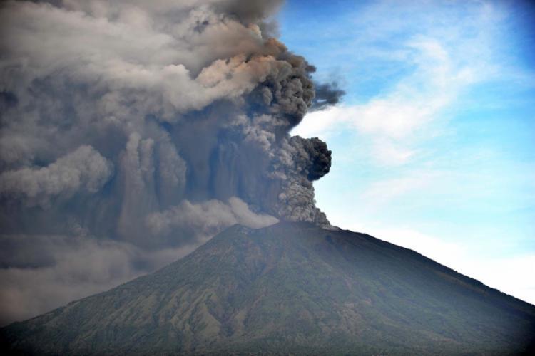 As nuvens de cinzas forçaram o fechamento do aeroporto da ilha de Lombok - Foto: Sonny Tumbelaka | AFP