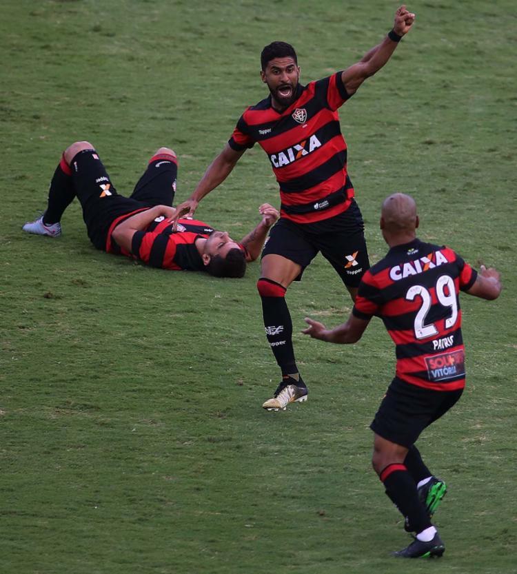 Jogadores do Vitória comemoram gol antes da confusão com a torcida da Ponte Preta - Foto: Denny Cesare | Estadão Conteúdo