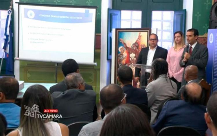 Presidente da Câmara Léo Prates apresenta informações sobre edital de concurso - Foto: Reprodução | TV Câmara