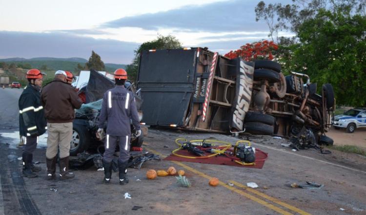 Acidente deixou caminhonete com a frente destruída e caminhão virado na pista - Foto: Frarlei Nascimento | Blitz Conquista