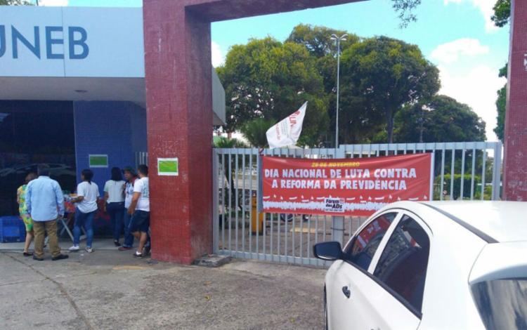 Professores da Uneb distribuíram panfletos em frente à faculdade - Foto: Divulgação | Aduneb