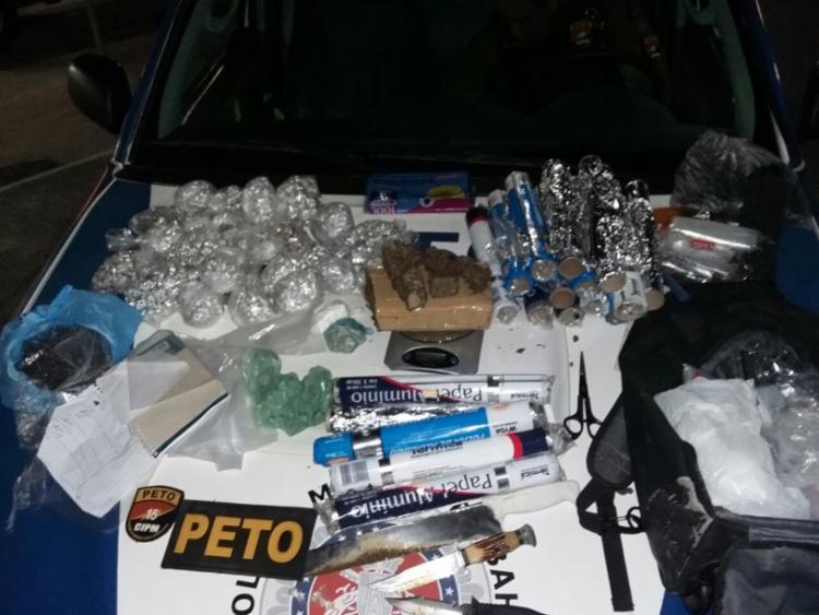 Homem e o material apreendido foram encaminhados à Central de Flagrantes - Foto: Divulgação | SSP-BA