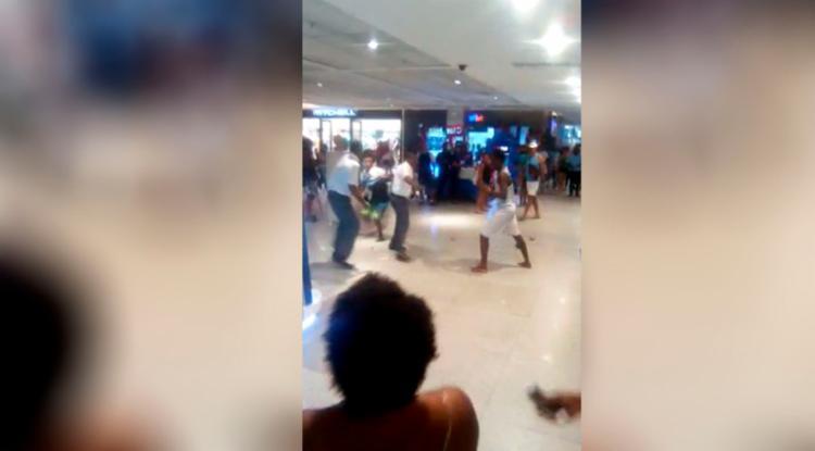 Seguranças tentaram conter discussão entre consumidores, mas acabaram se envolvendo na briga. - Foto: Reprodução | Youtube