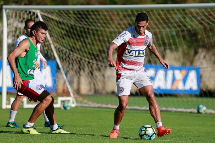 Éder (à dir.) pode voltar a atuar na lateral direita no domingo - Foto: Marcelo Malaquias l EC Bahia