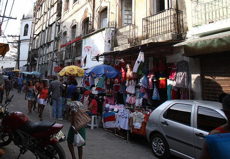 Na Barroquinha e em outros pontos do comércio de rua, objetivo é atrair clientes - Foto: Joá Souza l Ag. A TARDE l 12.12.2016