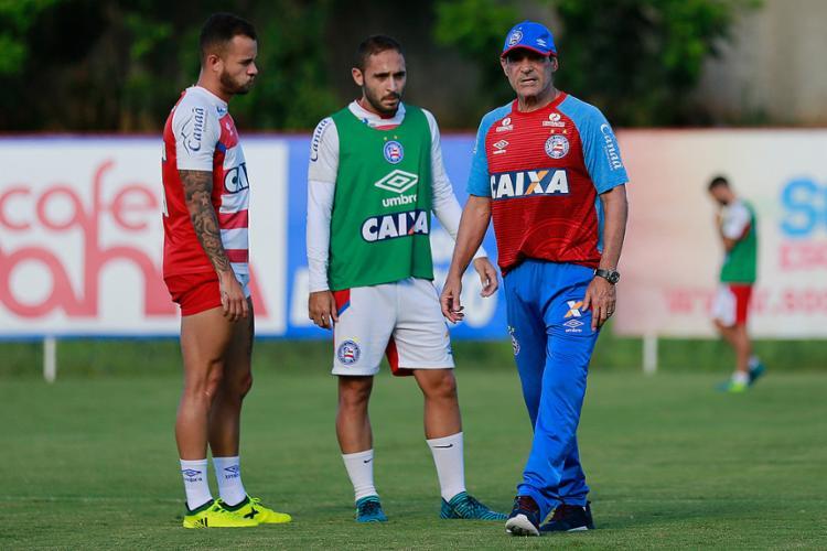 Régis (C) recebe orientações de Carpegiani durante treino n Fazendão - Foto: Marcelo Malaquias l EC Bahia