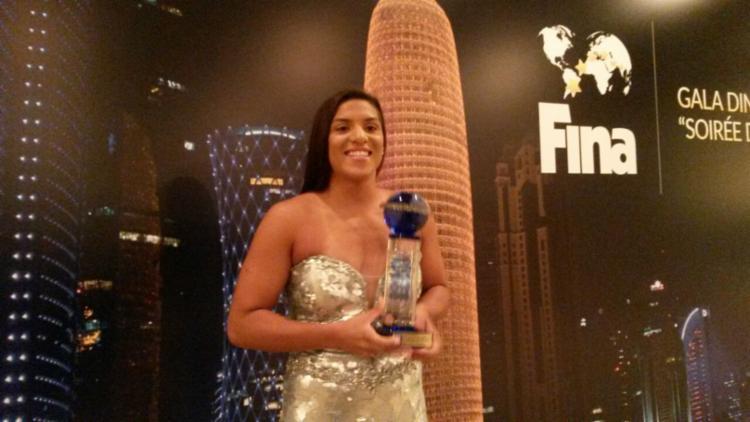 Ana Marcela exibe o troféu de melhor do mundo conquistado na edição de 2015, em Doha, no catar - Foto: foto: Arquivo pessoal