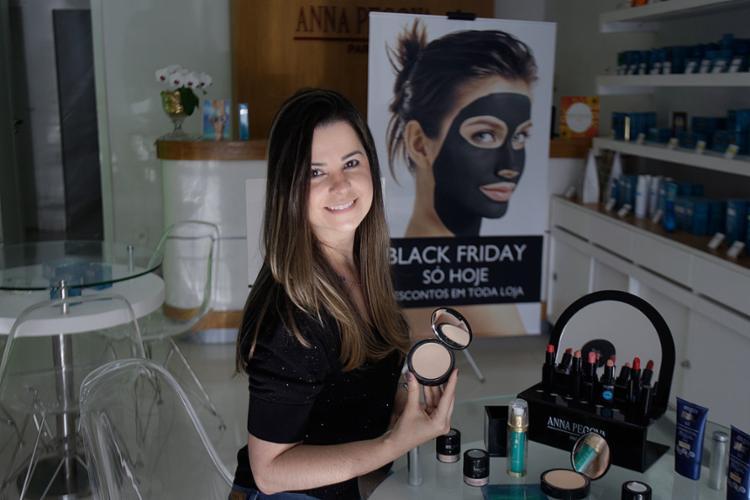 Gerente de uma empresa do ramo de beleza, Juliana Oliveira organiza as promoções que serão ofertadas aos clientes na data - Foto: Alessandra Lori l Ag. A TARDE