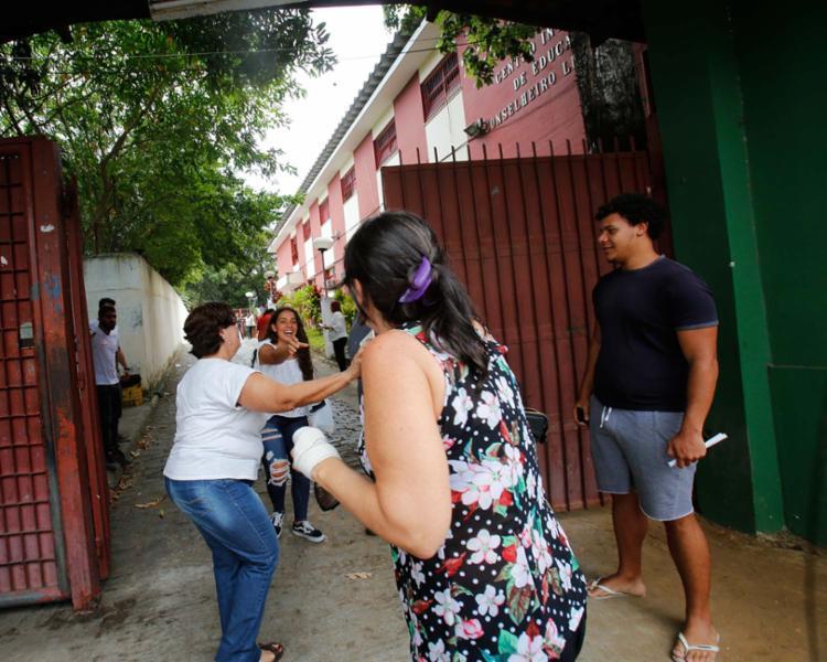 Manuella Andrade, 16 anos, recebeu o documento da mãe no último minuto - Foto: Margarida Neide | Ag. A TARDE
