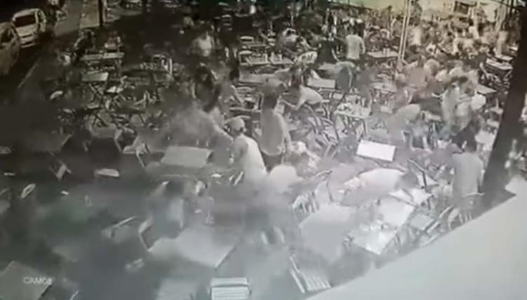 Clientes de bares vizinhos ao local saíram correndo para se proteger - Foto: Reprodução | YouTube