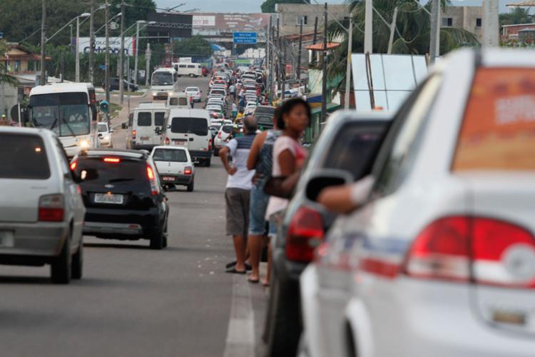 Motoristas enfrentam uma fila de espera de 2h30 no terminal de Bom Despacho - Foto: Joá Souza | Ag. A TARDE | 24.06.2014