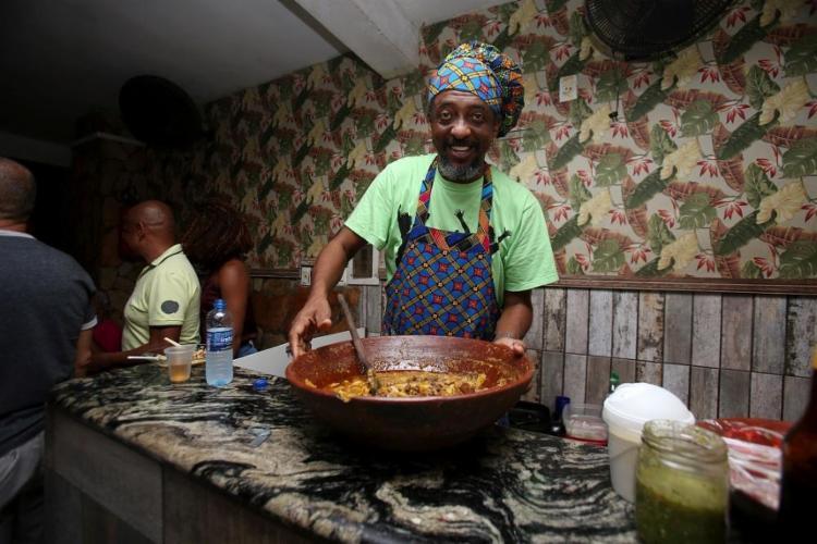O ator Jorge Washington comanda o Culinária Musical aos sábados no fim de linha do Garcia - Foto: Adilton Venegeroles | Ag. A TARDE