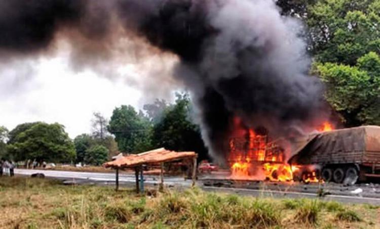Um dos veículos foi completamente atingido pelas chamas - Foto: Reprodução | Blog Sigi Vilares
