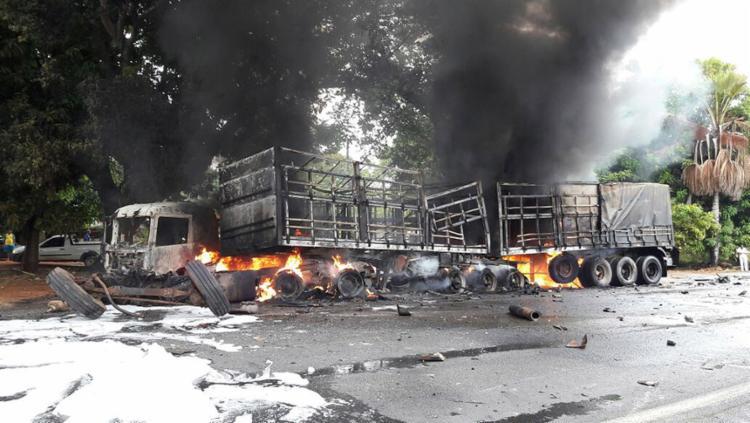 Uma das carretas pegou fogo no motor e na carroceria após o acidente ocorrido no início da tarde desta terça - Foto: Ivonaldo Paiva (Blogbraga) l Divulgação
