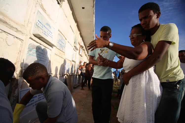 Vanda Moreira, mãe do jogador, durante sepultamento - Foto: Joá Souza l Ag. A TARDE