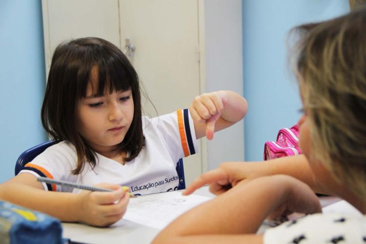 Aluna do Centro de Educação para Surdos Rio Branco (SP), entidade que busca manter o debate - Foto: CES-Rio Branco | Divulgação