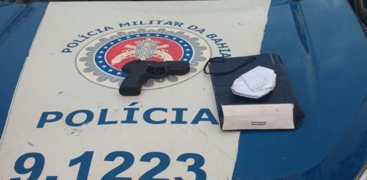 Pistola falsa é apreendida pela Polícia Militar no Largo da Dinha - Foto: Divulgação | Polícia Militar da Bahia