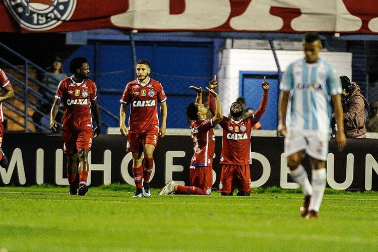Artilheiro do jogo, Edigar celebra de joelhos ao lado de Mendoza (D) - Foto: Eduardo Valente l FramePhoto l Ag. O Globo