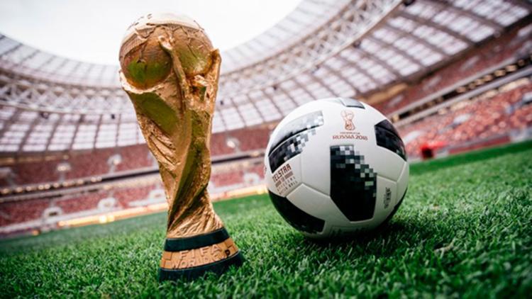 A bola é uma repaginação do modelo clássico com 32 gomos pretos e brancos - Foto: Divulgação   FIFA