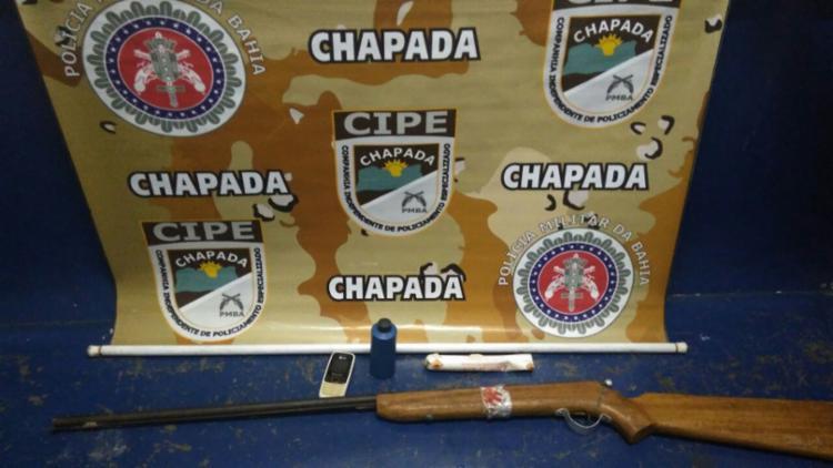 Suspeito e materiais apreendidos foram encaminhados para a Delegacia de Seabra - Foto: SSP-BA | Divulgação