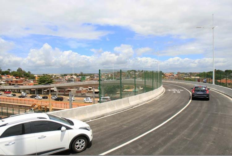 Viaduto vai substituir o retorno em nível, na esquerda, que aumentava os congestionamentos na via principal - Foto: Alessandra Lori | Ag. A TARDE
