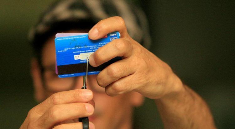 SPC Brasil estima que, em janeiro, havia 4,81 milhões de consumidores jovens negativados - Foto: Alessandra Lori | Ag. A TARDE