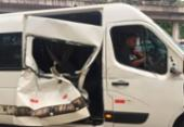 Van que transportava dupla Lucas e Orelha bate com carreta na Bahia | Foto: Divulgação