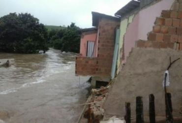 Chuva provoca desabamentos e deixa moradores desalojados no sul da Bahia