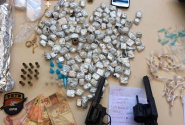 Dupla é presa com drogas e armas em Lauro de Freitas; adolescentes são apreendidos