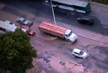 Vazamento de água causa lentidão na avenida San Martin