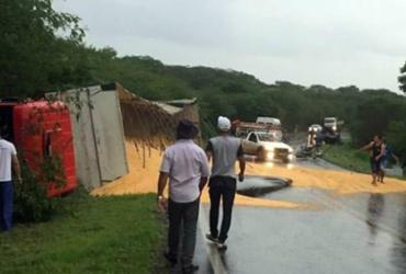 Acidente entre van e carreta deixa seis mortos na BR-439