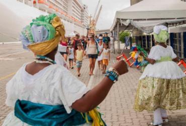Baianas e grupo de samba fazem receptivo a turistas que chegam de navio em Salvador