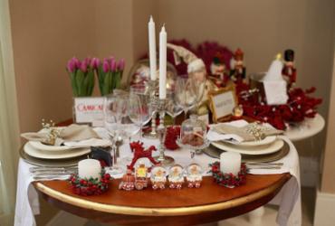 Mesa da ceia segue tendência da decoração natalina da casa   Raul Spinassé l Ag. A TARDE
