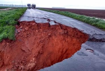 Cratera na BA-460 gera transtorno a motoristas