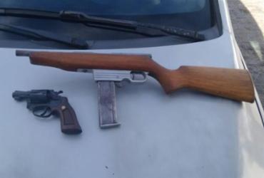 Dupla é presa com carro roubado e armas em Simões Filho