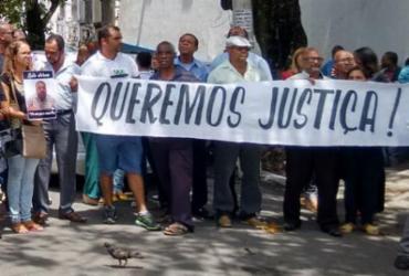Amigos e familiares protestam durante enterro de taxista