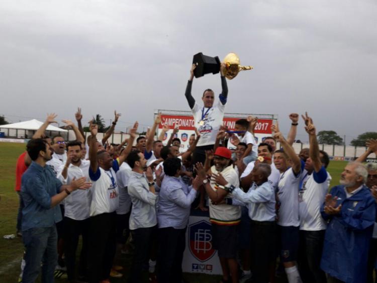 O goleiro Márcio Greyck levantou o troféu Edson Gomes - Foto: Geovan Santos | Ligeirinho no Esporte
