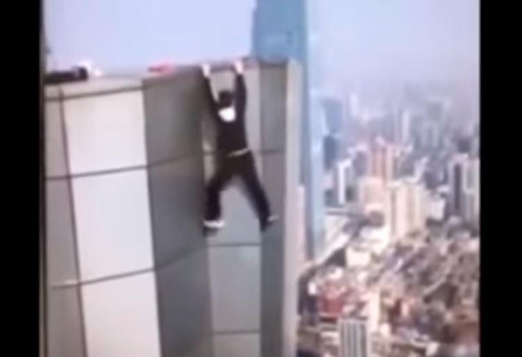 Wu Yongning realizava manobra arriscada quando despencou do edifício - Foto: Reprodução | Youtube