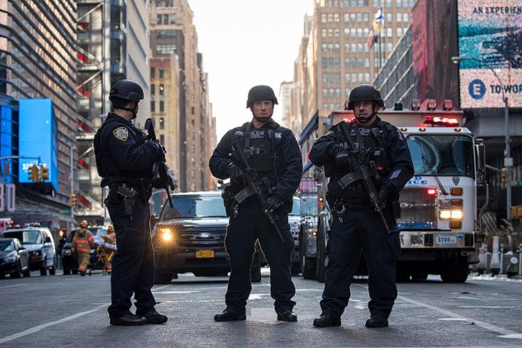 Polícia prendeu um suspeito de 27 anos que vestia um colete de explosivos; ele e mais 3 pessoas se feriram - Foto: Drew Angerer l AFP