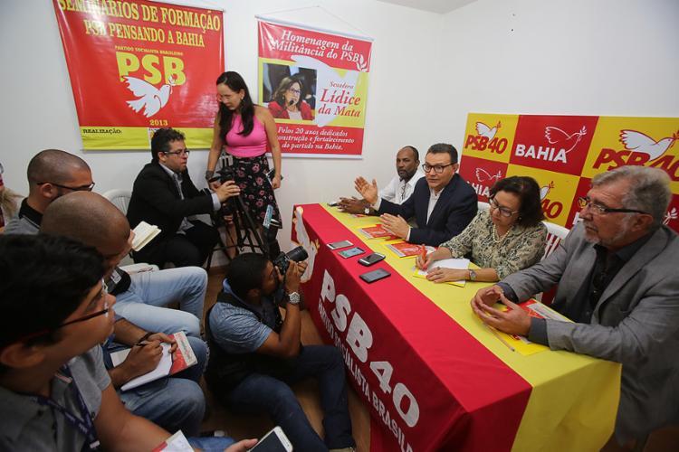 Carlos Siqueira (2º à esquerda) participou de coletiva na sede do PSB, em Salvador - Foto: Joá Souza l Ag. A TARDE